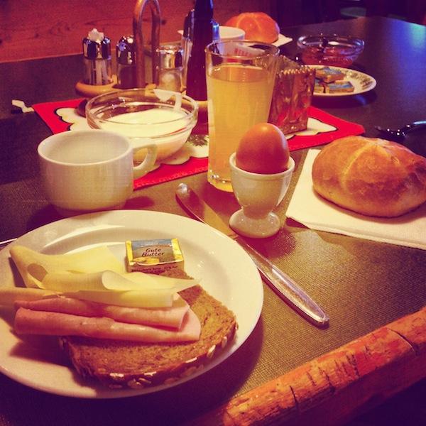 Das Frühstücksbuffet für echte Schifahrer & Wintersportler: Frische Semmeln, Vollkornbrot, weiches Ei & herzhaften Schinken-Käse. Lecker!