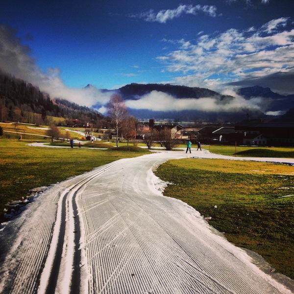 Auf geht's: Ein wunderschöner Morgen lockt uns zu neuen Abenteuern, hier beim Langlaufen in Rettenschöss im Kaiserwinkl Tirols.