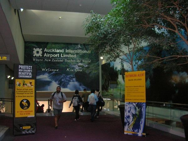 Willkommen in Neuseeland: Ankunft am Flughafen von Auckland nach über 24 Stunden Flugreise aus Europa.