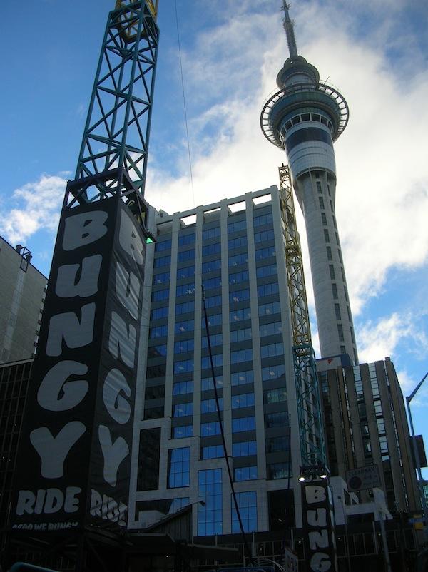 """Der Auckland Sky Tower animiert viele zum Besteigen - und auch Herabspringen. Was ahnte ich da, dass ich gut ein Jahr später selbst """"von der Brücke springen würde"""" … Wahnsinn!"""