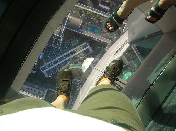 Neue Wege beschreiten, bedeutet immer auch, ein Stück weit über seinen eigenen Schatten zu springen. Eigentlich habe ich ja doch ein bisschen Höhenangst, im Sky Tower von Auckland traut sich jedoch jeder aufs (sichere) Glas. Ist Euch schon mulmig?