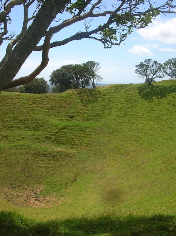 Da habt Ihr den Salat - bzw. Beweis: Auckland ist zu großem Teil auf Vulkanen errichtet, dieser hier steht mitten in einem Park etwas außerhalb des Stadtzentrums! Hinaufsteigen lohnt sich - schon alleine wegen der Aussicht.
