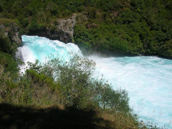Zu Besuch im wunderschönen Taupo gehe ich gleich mal los und erkunde die wilde Natur rund um die Stadt: Hier die sogenannten Huka Falls, welche tosend Richtung Lake Taupo donnern.