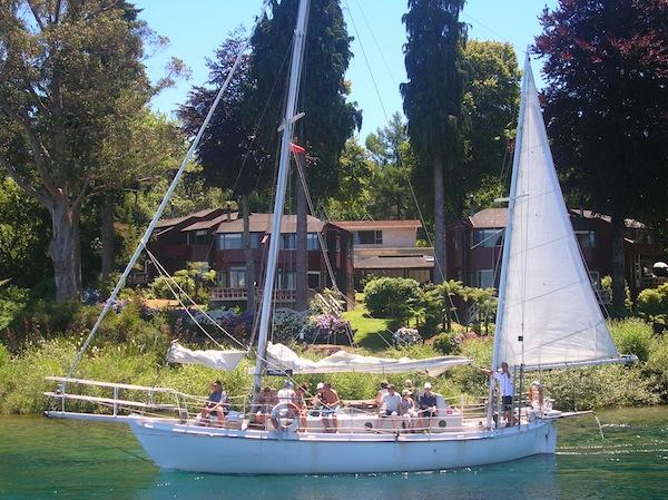 Am nächsten Tag gönne ich mir spontan eine Bootsfahrt auf dem gewaltigen See (knapp 200 Kilometer Ausdehnung hat Lake Taupo!), allerdings in einem weniger luxuriösen Boot als diesem ...