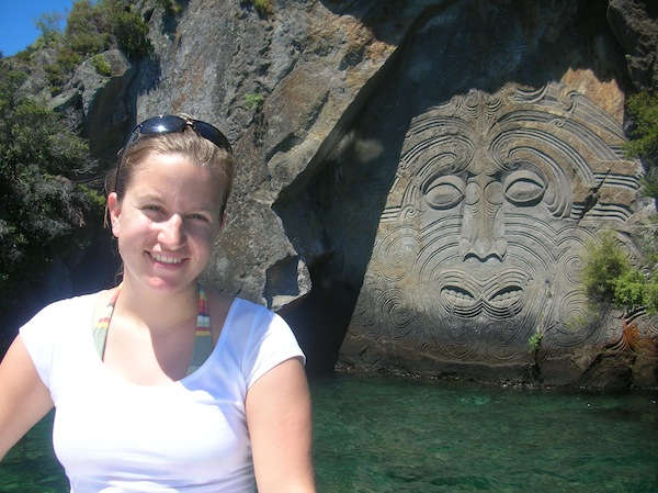 … um zu diesen berühmten Felsschnitzereien der Maori zu gelangen: Wirklich eindrucksvolle Zeichen einer lebendigen Kultur in Neuseeland.