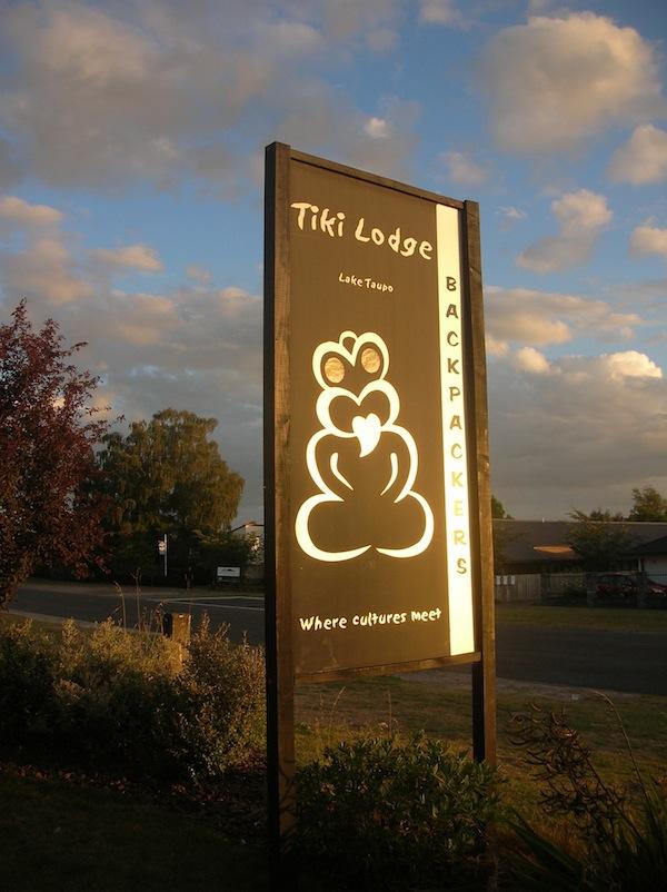 """Zurück in der charmanten """"Tiki Lodge"""", meiner ersten richtigen """"Backpacker-Experience"""", begrüßt mich die Maori-Besitzerin mit einem traditionellen Hongi: Dabei wenden sich zwei Menschen mit der Nasenspitze zueinander, sodass diese einander fast berühren, und tauschen symbolisch den Atem zur Begrüßung. Eine schöne Geste wie ich finde!"""
