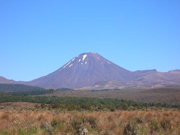"""Blick auf den Mount Ngaurahoe, dem """"Schicksalsberg"""" aus Herr der Ringe und Heimat der berühmten Tageswanderung """"Tongariro Crossing"""". Schlechtes Wetter oder mangelnde Zeit haben mich den Tag leider noch nicht erleben lassen: Ich hoffe, dass es beim nächsten Neuseeland-Besuch klappt!"""