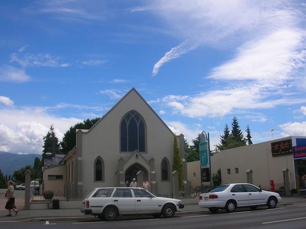 """Etwas weiter """"unten"""" in Motueka lassen wir """"die Kirche im Dorf"""": New World sieht alles ein bisschen, äh, anders aus."""