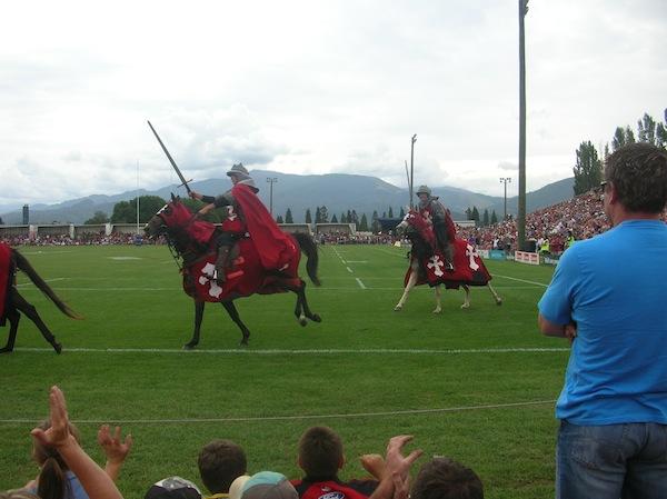 Abenteuer, das: Auch das zählte für mich zu den ersten großen Abenteuern im Land der Kiwis - hier wird die Sportkultur des berühmten Rugby mit einreitenden Pferden zelebriert. Cool!