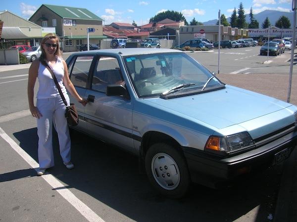 Stolz, der: Geschafft! Um fast schon läppische $800 NZ Dollar (umgerechnet etwa € 400,-) bin ich neue Besitzerin dieses zum damaligen Zeitpunkt 21 Jahre alten Honda Civic. In all der Zeit in Neuseeland sollte mir dieses Auto nie mehr von der Seite weichen oder mich gar im Stich lassen. Ich LIEBE es & die Erinnerung an die unzähligen bestandenen Roadtrips together …!