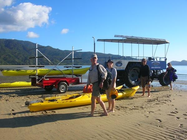 """Auf geht's zum Kayakausflug: Wir haben ein Package """"morgens an der Küste kayaken, nachmittags über den Küstenwanderweg retour"""" gebucht. Eine super Kombination, die ich Euch für einen Tagesbesuch des Nationalpark wirklich empfehlen kann."""