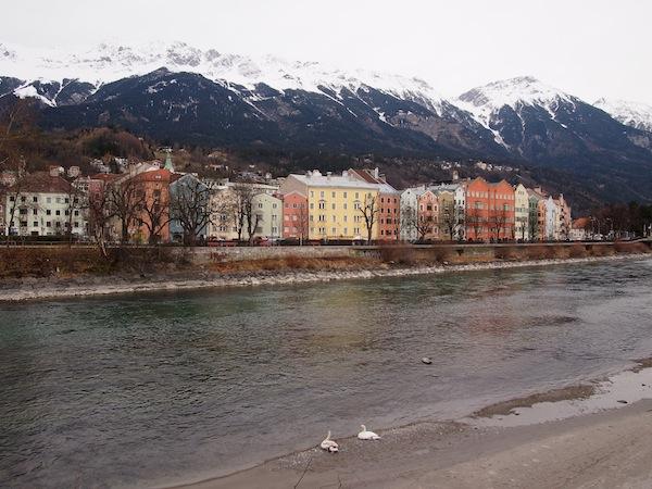 Ankunft in Innsbruck: Gleich zu Beginn grüßt uns mal ein heftiger Föhnsturm, der durchs Inntal fegt und die Schneegrenze auf den Bergen in sichtliche Ferne rückt.