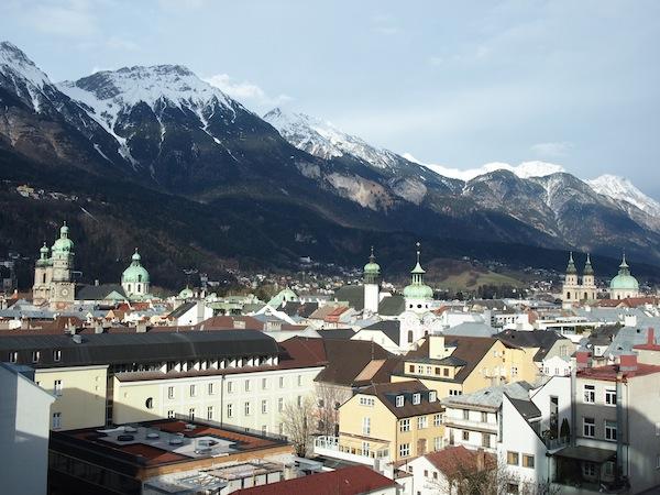 … empfiehlt sich ein Besuch in der 360°-Bar hoch über den Dächern der Stadt - mit atemberaubenden Blicken auf Berge & Stadt.