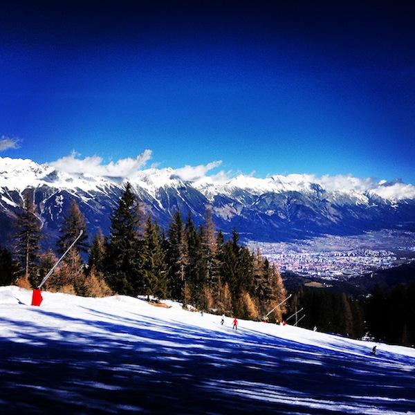 Beim Schifahren selbst lockt der weite Blick von der Muttereralm hinein ins Inntal und über die Stadt Innsbruck.