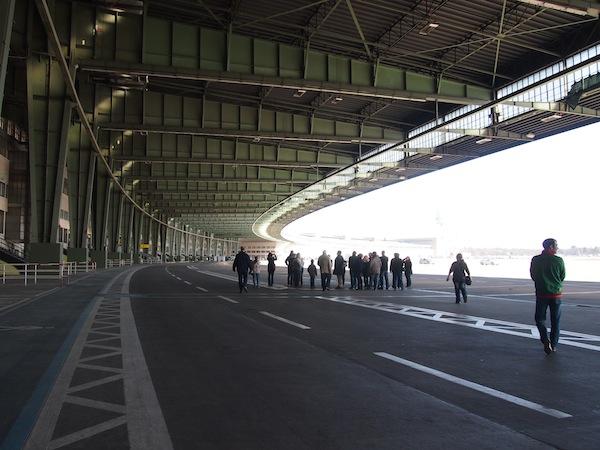 Weit, unendlich weit begrüßt uns der Rundgang über das ehemalige Flughafengelände Berlin Tempelhof.