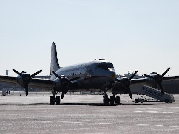 Sogar ein ehemaliges Flugzeug der US Air Force gibt es hier noch zu besichtigen: In Zeiten, in denen wir Flugzeuge so selbstverständlich wie Busse besteigen mutet diese museale Darbietung auf einem nach wie vor echten Flugfeld schon etwas merkwürdig an.