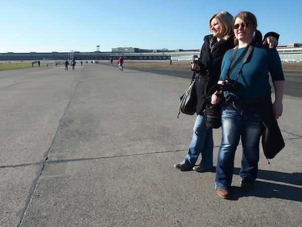Monique und Janett schwelgen in der warmen Frühlingssonne auf dem Tempelhofer Feld ...