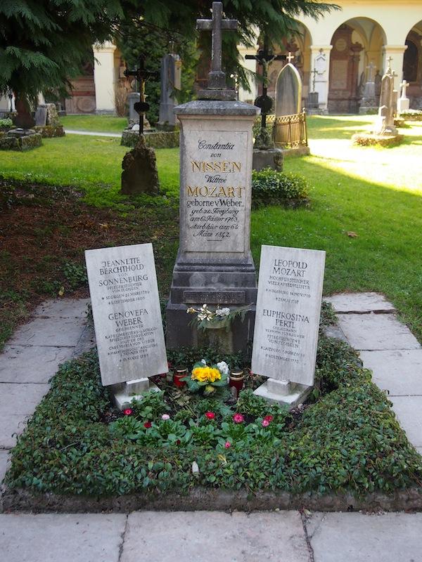 Unmittelbar neben dem Café Classic findet Ihr das berühmte Mozart-Wohnhaus; Inesz jedoch lenkt unsere Schritte auch zu weniger bekannten Orten wie beispielsweise diesem Friedhof hinter dem Stadtzentrum, auf dem die Familie des berühmten Salzburger Wunderkindes begraben liegt.