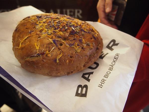 In der Bio-Bäckerei Bauer werden wir fündig: Außergewöhnliches Brot, frisch gebacken, und wie das duftet !!