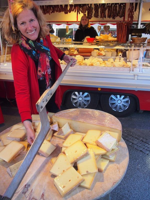 Am Markt schließlich wird Inesz handgreiflich: Hier sind Besucher eingeladen, ihren eigenen Käse portioniert abzuschneiden.