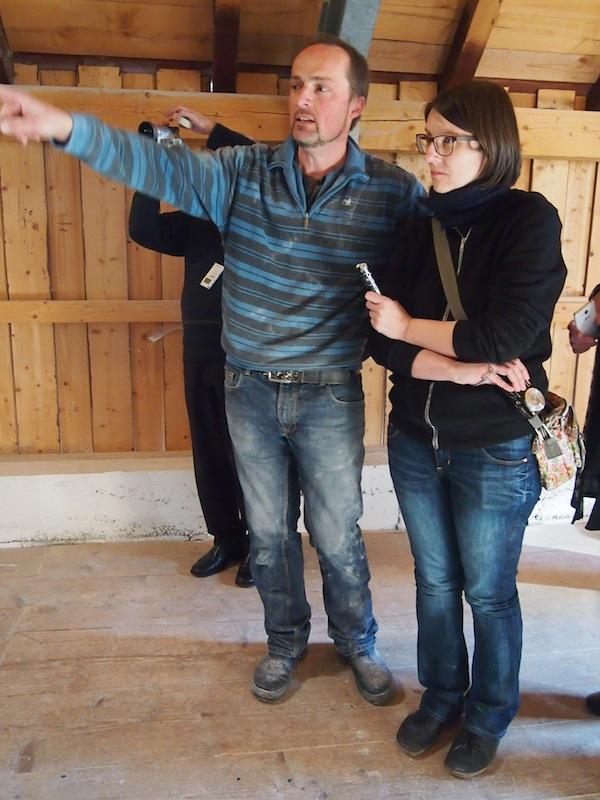 Richtungsweisend: Manfred Luginger erklärt Gudrun Krinzinger Details zu Aufbau und Funktionsweise seiner Getreidemühle. Hier sind wir im Dachstuhl angelangt, dem obersten Herzstück des Gebäudes.