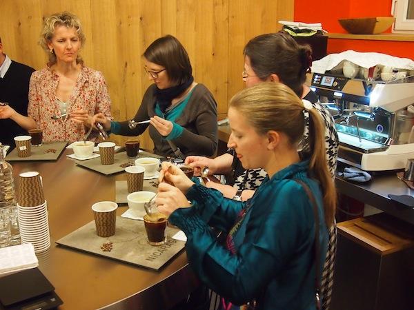 Wir klemmen lieber mal die Zunge zwischen die Zähne, lernen Schaum unterzuheben und Kaffeearomen aufsteigen zu lassen und überhaupt, professionell Kaffee zu verkosten. Spannend!