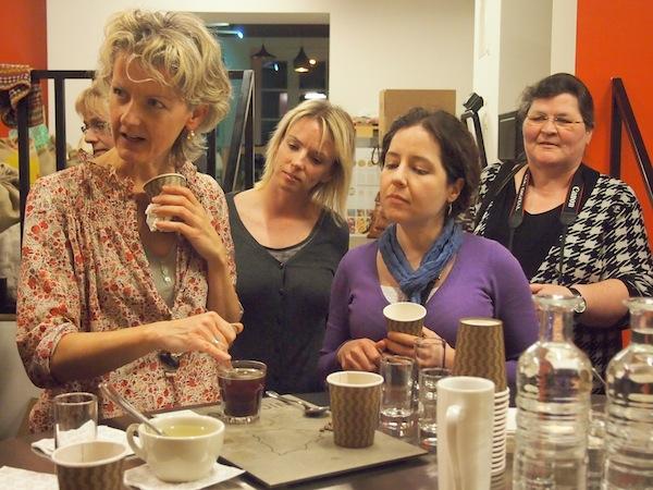 Margret ist zuständig für eine Vielzahl an Erklärungen auf unsere interessierten Fragen hin: Hier könnt Ihr wirklich etwas über Kaffee lernen!