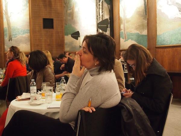 Das Publikum lauscht gespannt und diskutiert eine gute Stunde lang auch fleißig mit! Hieraus entstehen noch viele anregende Gespräche: Danke für diese tolle Veranstaltung, liebes APA-OTS Team!