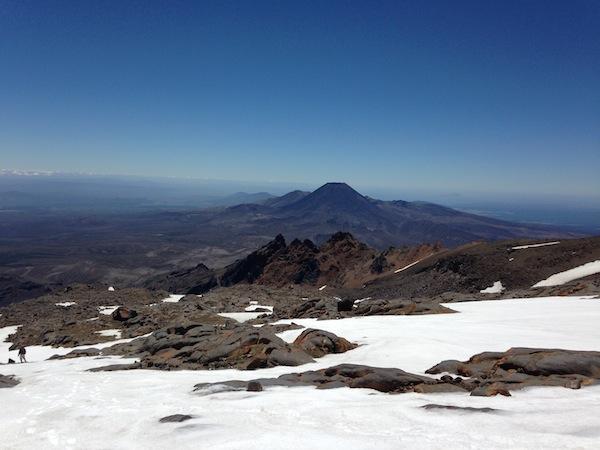 Aktiv gelingt es uns, die Carrot-Cake-Kalorien auch wieder loszuwerden - zum Beispiel beim Bergsteigen auf den berühmten Mount Ruapehu im Zentrum der Nordinsel. / Foto: Anna Zell