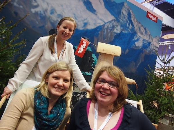 """Neben """"Speeddatings"""" & Co. nehmen wir uns übrigens auch mal ganz viel Zeit für einander: Mit meinen lieben Freundinnen & Reiseblogger-KollegInnen Monique & Janett von www.Teilzeitreisender.de teilen wir uns gar die AirBnB-Unterkunft in Berlin. Hier grinsen wir beim Bloggertreffen der Tirol Werbung in die Kamera - Danke für den tollen Aufenthalt, Mädels!"""