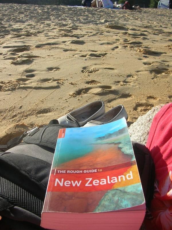 """Alltagsgenuss pur in der neuen Heimat: Der nächste """"Hausstrand"""" ist nur rund 20 Minuten mit dem Auto entfernt. Hier entspanne ich und lese meine nächsten Reiseziele auf Neuseelands faszinierender Südinsel nach."""