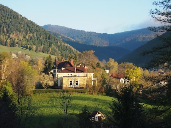 Der malerische Ort Puchberg am Schneeberg liegt direkt am Fuße des höchsten Berges Niederösterreich. Hier ist die Luft, besonders am Morgen, herrlich frisch.