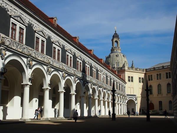 Auf geht's bei der Erkundung Dresdens: Über diesen traumhaften Renaissance-Hof mit italienischem Flair ...