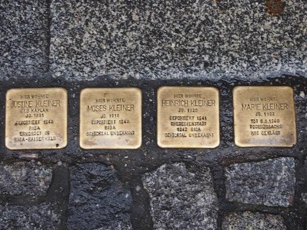 """Ein Blick auf den Boden verrät: Dresden hat viel Geschichte, darunter auch Menschen die es wert sind erinnert zu werden. """"Gedenksteine"""" mit dem Schicksal vertriebener oder ermordeter Dresdner finden sich überall in der (Alt)Stadt."""