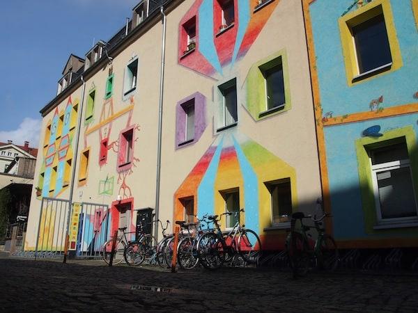 Und schließlich: Seht Euch das an. In einem Haus mit solch einer kreativen Hausfassade hätte ich auch gerne eine Wohnung!