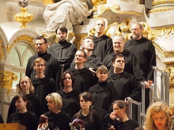 Hier treten wahrliche Talente zusammen: Vierstimmig singt dieser Chor während Bach's berühmter Johannespassion, darunter Christoph Münch in der zweiten Reihe von oben links.