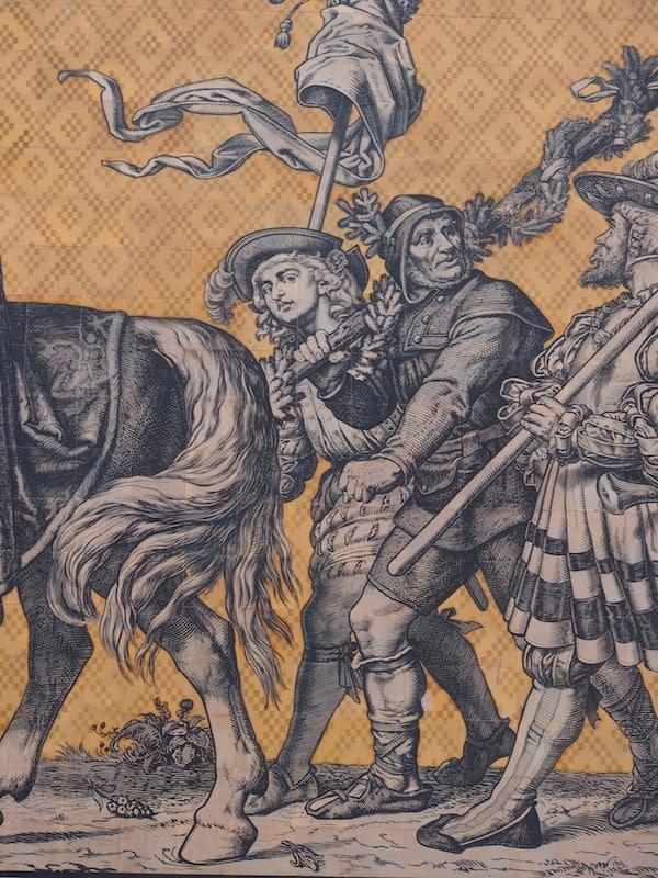 """Hier blicken wir übrigens auf das berühmte Relief, welches einen Vorfahr Albrecht Hochs zeigt - der Jüngling mit dem lockigen Haar in der Mitte dieses Bildes ist Deutschland's damaliges """"Top-Model"""", wie Albrecht schmunzelnd erzählt."""