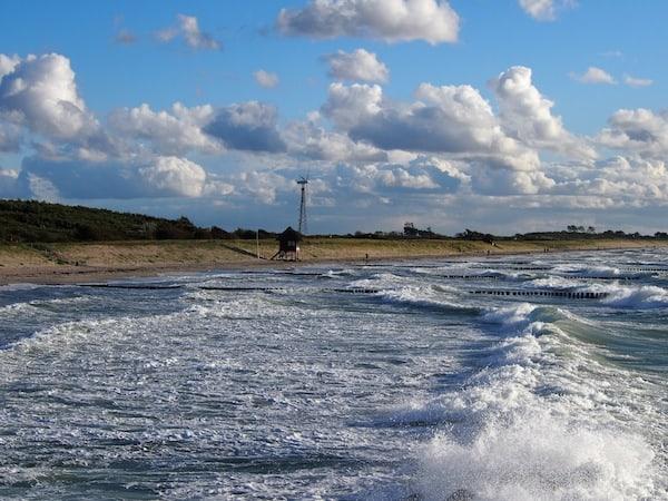 Erinnerungen an stürmische & gleichzeitig traumhafte Momente: Blick auf den Strand von Wustrow an der deutschen Ostseeküste.