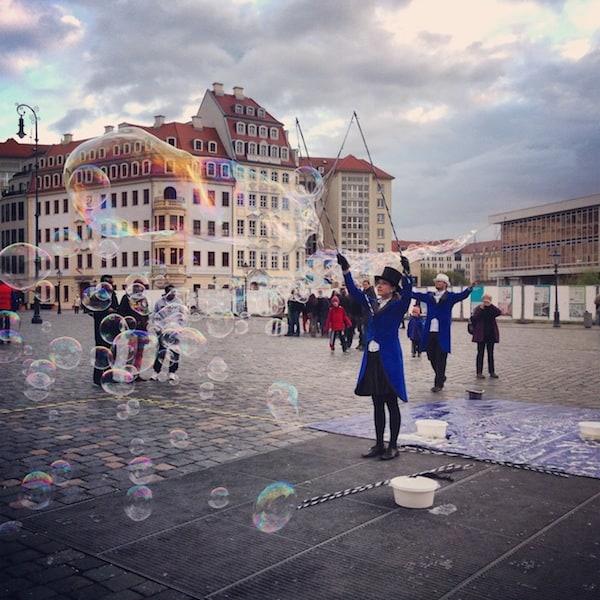 """Auch so etwas, das """"Ereignishorizonte"""" verschieben lässt: Eine Riesen-Seifenblasen-Darbietung mitten am Hauptplatz der Dresdner Frauenkirche begeistert Kinder & Erwachsene gleichermaßen."""