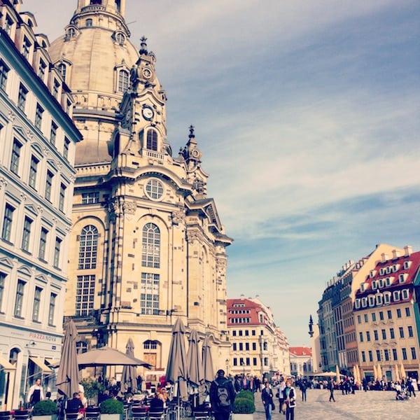 Ein Blick auf die Innenstadt Dresdens mit der berühmten Frauenkirche im Hintergrund. Wir nächtigen direkt im edlen QF Hotel direkt hier am Platz - ein Vorteil für zentrale Stadtbesichtigungen.