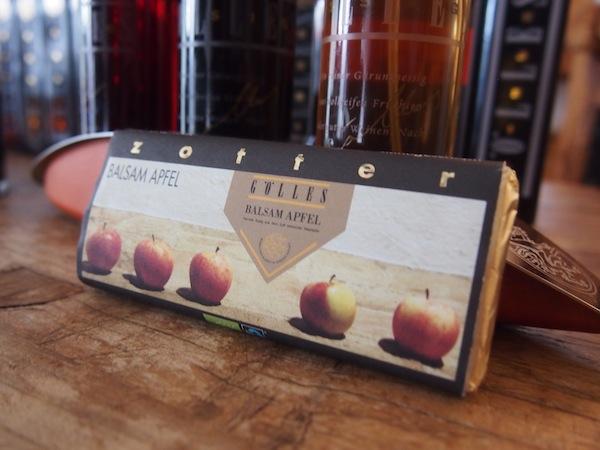 Parallel dazu haben Gölles in Kooperation mit der Zotter Schokoladenmanufaktur diese wirklich einzigartige, handgeschöpfte Schokolade mit Schichten von Apfel-Balsam-Essig der Familie Gölles kreiert. Wow!