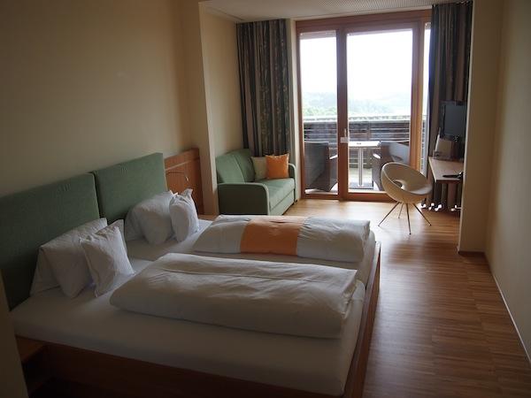Hier stehen großzügige, einladende Zimmer mit Blick auf die Riegersburg und das steirische Vulkanland für absoluten Genuss ...