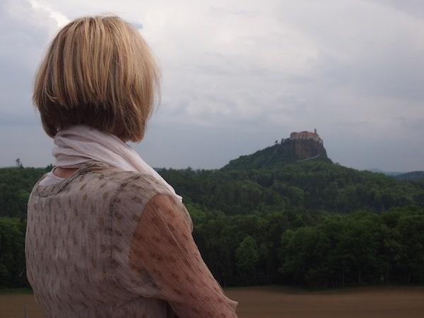 """Beginnen wir jedoch mit dem """"Epizentrum des Genuss"""" hier im steirischen Vulkanland: Dem Genusshotel Riegersburg mit Blick auf die namensgebende Burg."""