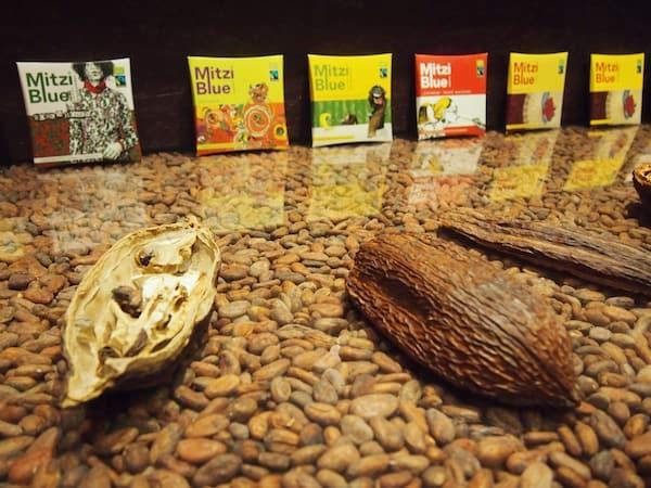 Zotter zeichnet den Weg von der Kakaobohne bis zur fertig vollendeten Schokolade in einem höchst amüsanten Betriebsrundgang durch die Zotter Schokoladenmanufaktur.