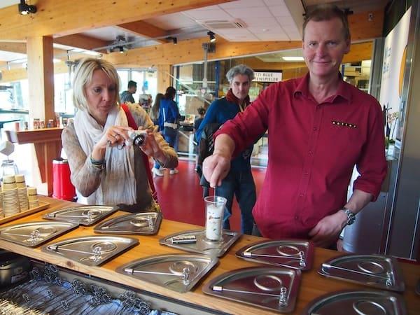 Hier rührt der Chef höchstpersönlich: Werner bereitet Trinkschokolade für uns zu, während Katja die Fotos schießt. Im Hintergrund fährt übrigens die erste Mini-Schokoladenseilbahn der bekannten Firma Doppelmayr durch den Raum - Kreativität von Zotter hat eben Strahlkraft.