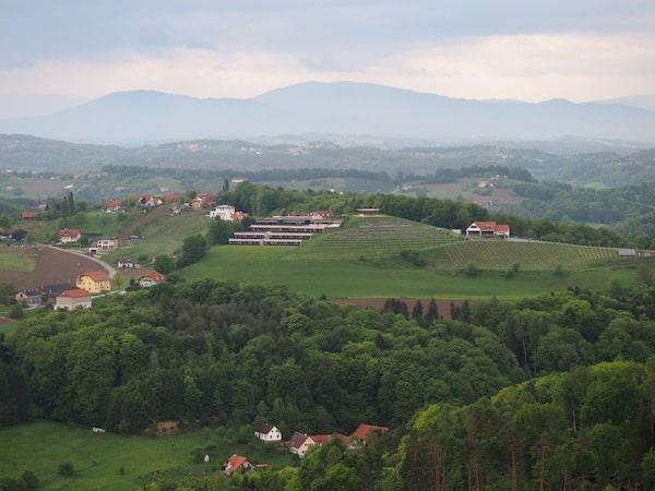 Von genau gegenüber, also vom Burggraben der Riegersburg, offenbart sich der Blick auf das Genusshotel Riegersburg übrigens so. Ihr seht, das Hotel ist einzigartig in die Hügellandschaft des Starzenberg integriert: Großartig, wie wir alle finden.