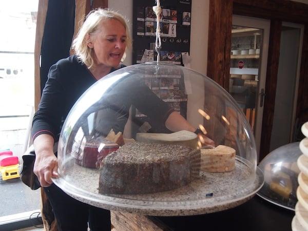 """Unsere liebe Margot hat's mehr mit der Käseglocke: Sie weiß, was echter Genuss bedeutet, ist sie doch bei Steiermark Tourismus öfter im Dienste des Genuss unterwegs. ;) Hier sind wir zu Gast in der Fromagerie Riegersburg, Österreichs einzigartigem """"Cheese Artist""""."""