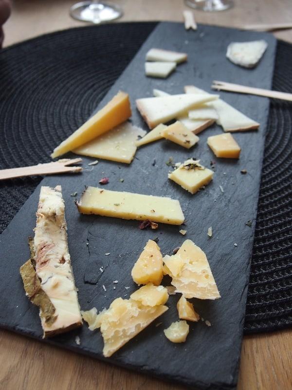 Bei der Verkostung schließlich liegen wir flach (und das nicht etwa aufgrund des Geruches): Sooo gut kann Käse in höchster Form und über viele Monate und Jahre veredelt und gereift schmecken. Danke Bernhard Gruber für einen ausgezeichneten Einblick in Deine Manufaktur!