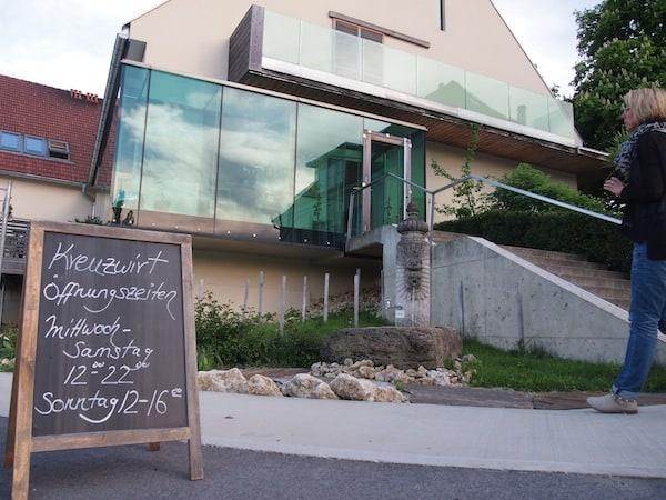 Gleich bei der Einfahrt grüßt moderne Architektur gepaart mit vielen traditionellen Elementen: Hier das Restaurant Kreuzwirt als kulinarisches Aushängeschild einer gesamten Region.