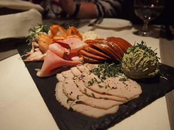 """Später, beim Abendessen, ist dies bloß der """"Gruß aus der Küche"""": Regionale Feinschmeckerplatten ..."""